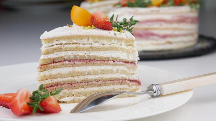 Блинный торт с маскарпоне и клубникой