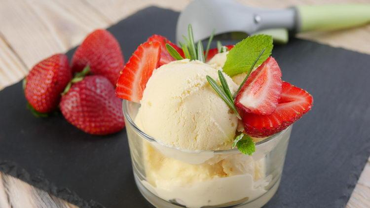 Ванильное мороженое с клубникой