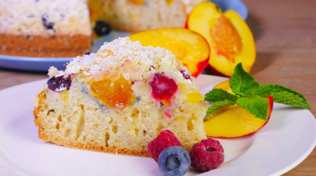 Пирог с нектаринами и ягодами