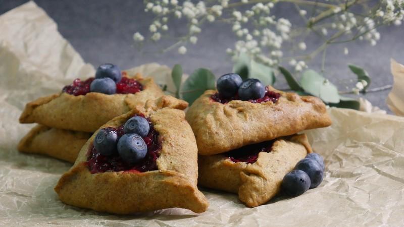 Постные пирожки с ягодной начинкой