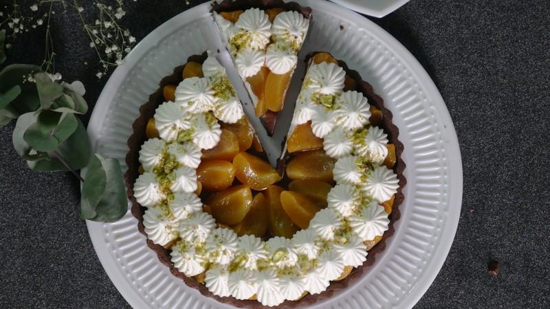 Шоколадный тарт с абрикосами и кремом Шантильи
