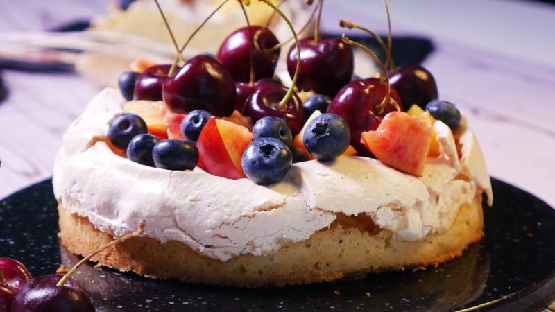 Ягодно-меренговый торт «Хрустящий каприз»
